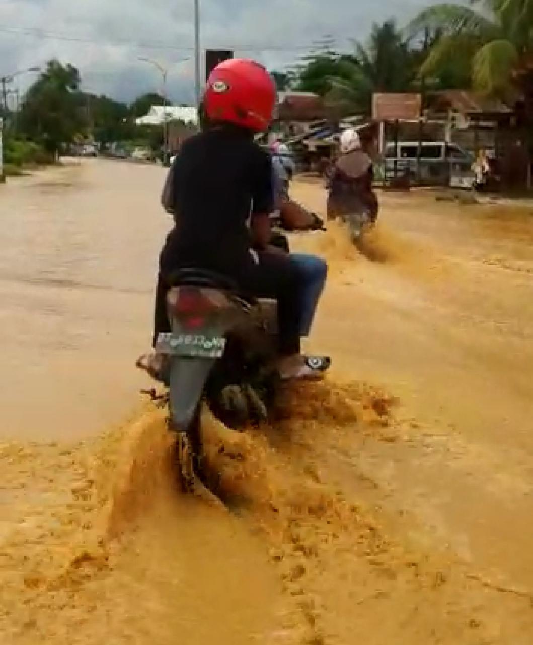 Ketgam :foto banjir yang terjadi di lepo lepo.